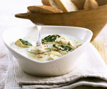 Cremige Champignonsuppe mit Spinat-Pfannkuchen-Röllchen