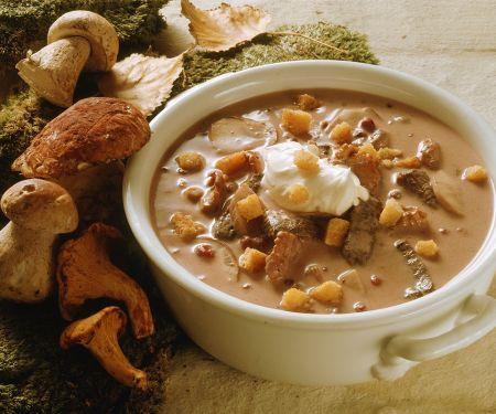 Cremige Suppe mit Hirschfleisch und Pilzen