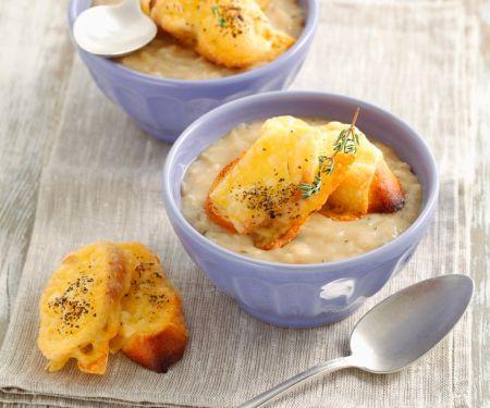 Cremige Zwiebelsuppe mit Käsebrot