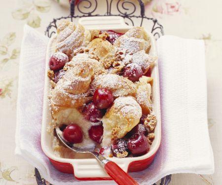 Croissantauflauf mit Kirschen