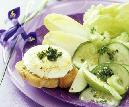 Crostini mit gebackenem Ziegenkäse, Salat und Pistazienpesto