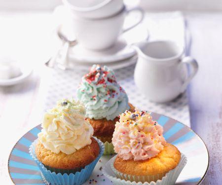 Cup-Cakes mit bunten Sahnehäubchen
