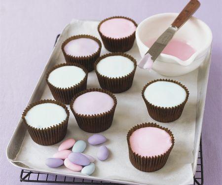Cupcakes mit bunter Zuckerglasur zu Ostern
