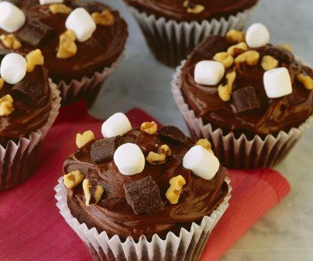 Cupcakes mit Schokolade, Nuss und Marshmallows