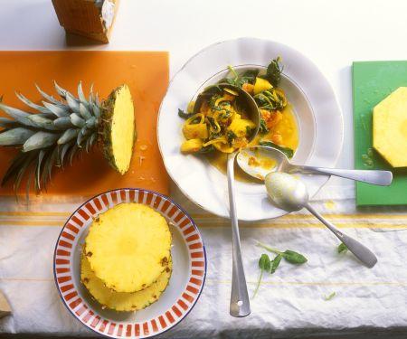 Curry mit Ananas, Spinat, Zwiebeln und Tomaten