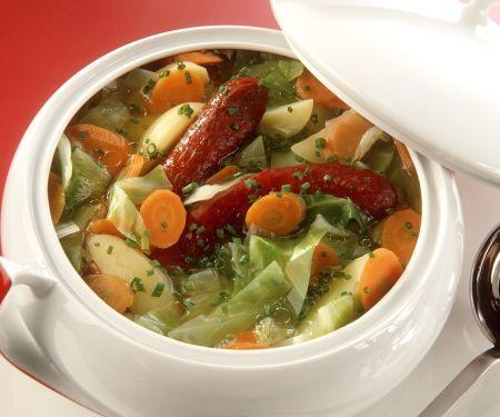Deftige Gemüsesuppe mit Knoblauchwurst
