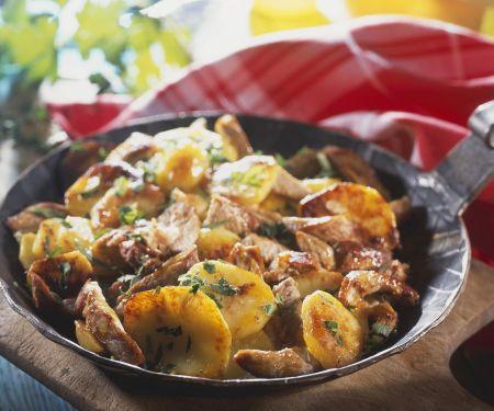 Deftige Kartoffel-Fleisch-Pfanne mit Zwiebeln (Tiroler Gröstl)
