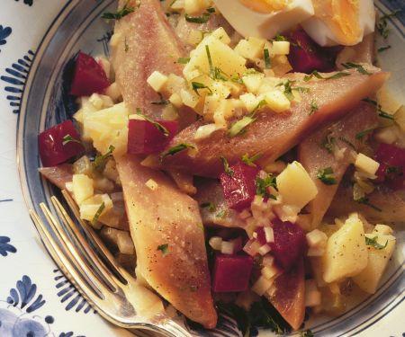 Deftiger Matjessalat mit Roter Bete, Zwiebeln, Kartoffeln und Apfel