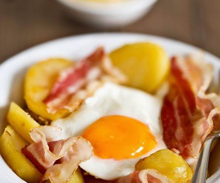 Deftiges Landfrühstück mit Kartoffeln, Speck und Spiegelei