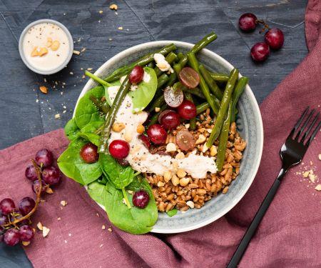 Dinkel-Spinat-Bowl mit Erdnuss-Dressing