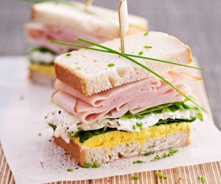 Eiersalat-Sandwich mit Hüttenkäse und Putenwurst
