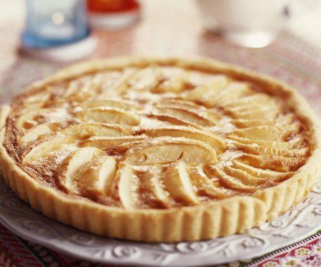 Einfacher Apfelkuchen mit Mürbeteig und Konfitüre