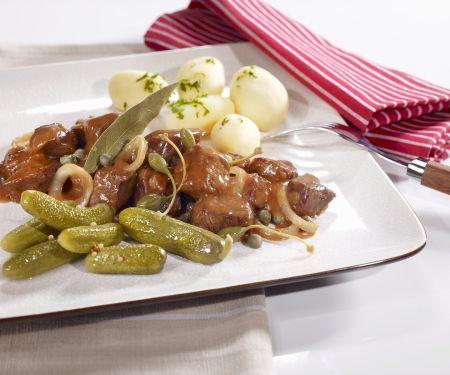 Eintopf auf westfälische Art (Pfefferpotthast) mit Kartoffeln und Gewürzgurken