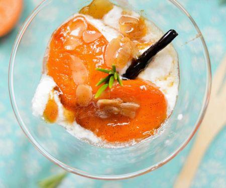 Eis mit heißen Aprikosen