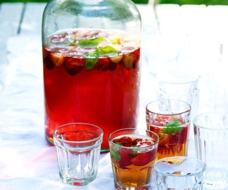 Eistee mit Erdbeeren und Basilikum