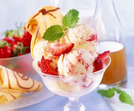 Erdbeer-Eis mit Holunderblütensirup und Waffelhippe
