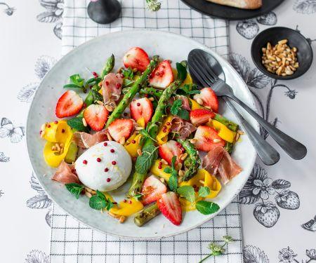 Erdbeer-Mango-Salat mit grünem Spargel