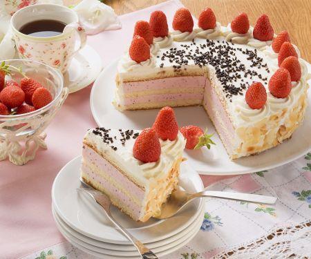 Erdbeer-Sahne-Torte mit Mandelblättchen zum Kaffee