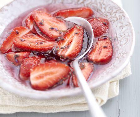 Erdbeersüppchen mit Lavenblüten