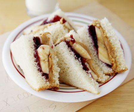 Erdnussbutter-Marmeladen-Sandwich mit Banane