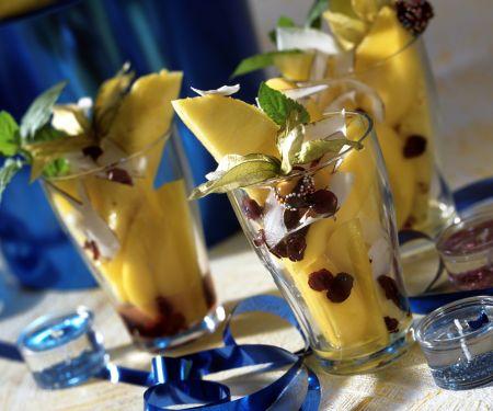 Exotischer Fruchtsalat mit Cranberries und Kokosnuss