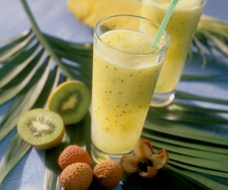 Exotisches Obstgetränk mit Kiwi, Ananas und Lychee