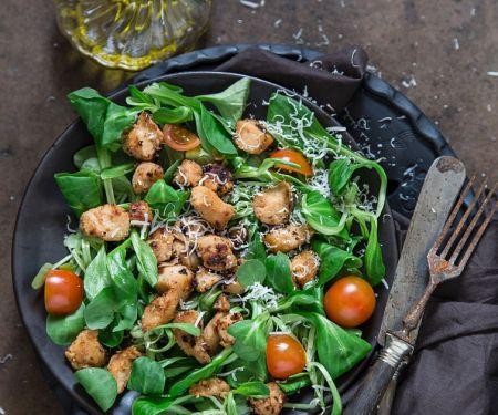 Feldsalat mit gebratener Hähnchenbrust, Tomaten und Parmesan