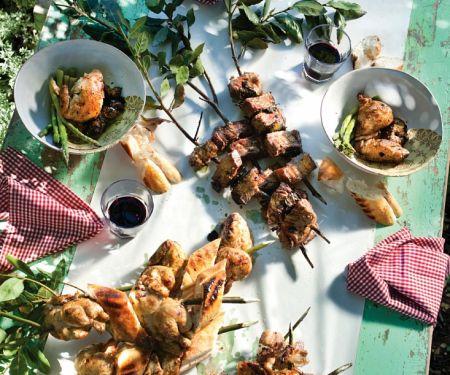 Fleischspieße und Wachteln vom Grill