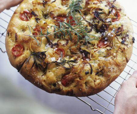 Focaccia mit Tomaten, Rosmarin und Zwiebeln