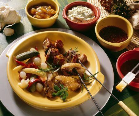 Fondue mit Fleisch und Hähnchen