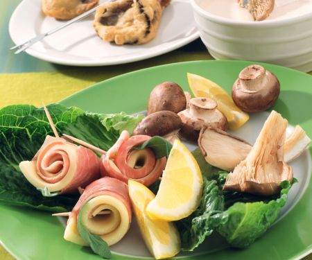 Fondue mit Pilzen und Käse-Schinken-Röllchen im Ausbackteig