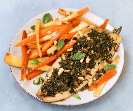 Forellenfilets mit Kräuterkruste und Möhren-Pastinaken-Gemüse