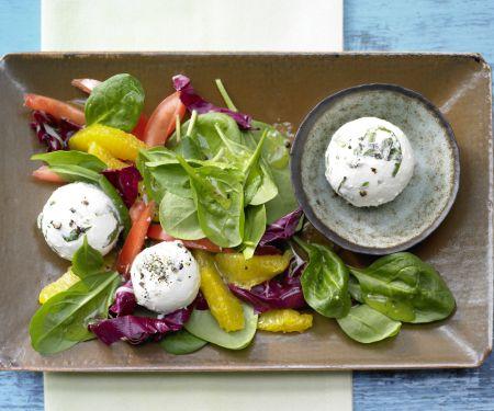 Frischkäsebällchen auf Salat
