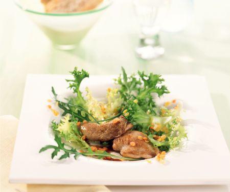 Friséesalat mit Wachteln und bunten Linsen
