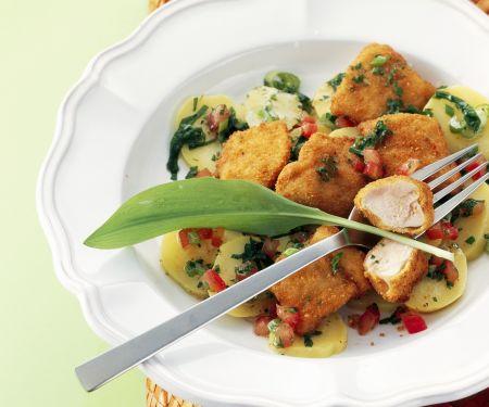 Frittierte Hühnchen-Nuggets mit Bärlauch-Kartoffelsalat