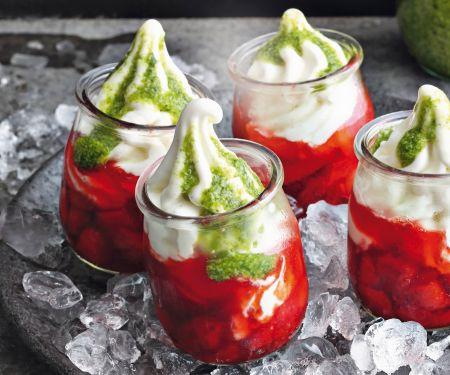 Frozen Yogurt mit Erdbeerkompott und Basilikum-Pesto
