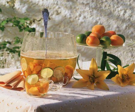 Fruchtbowle mit Aprikosen