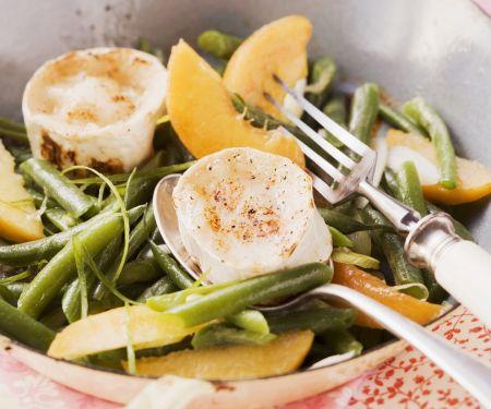 Fruchtiger Bohnensalat mit gegrilltem Ziegenkäse