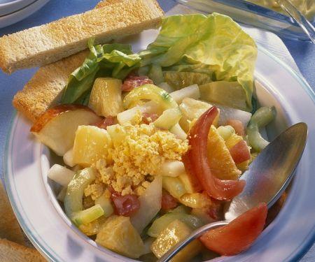 Fruchtiger Gemüsesalat mit Ei
