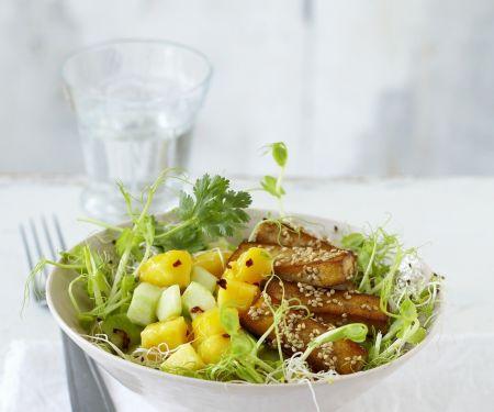 Fruchtiger Gurkensalat mit Sesam-Tofu-Stäbchen