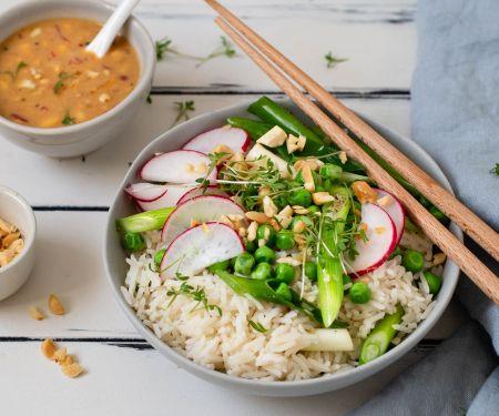 Frühlings-Asia-Reis-Bowl mit Erdnuss-Dressing