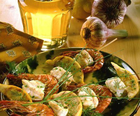 Garnelenspieße mit Seeteufel und Zitrone