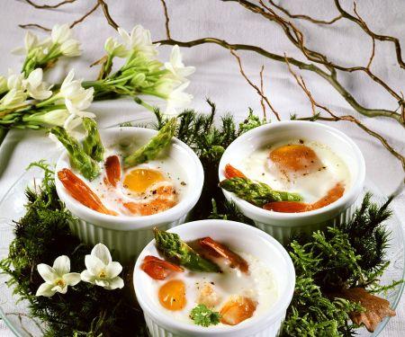 Gebackene Eier mit Shrimps und Spargel