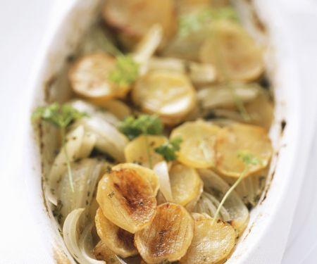 Gebackene Kartoffeln mit Wein und Zwiebeln