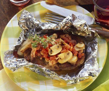 Gebackenes Kotelett mit Champignons und Tomaten