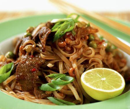 Gebratene asiatische Nudeln mit Rindfleischstreifen