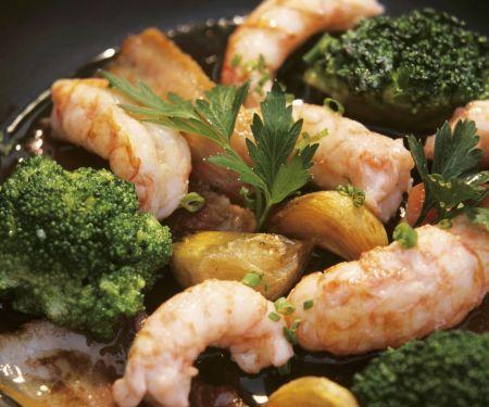 Gebratene Garnelen mit Knoblauch, Brokkoli und Speck