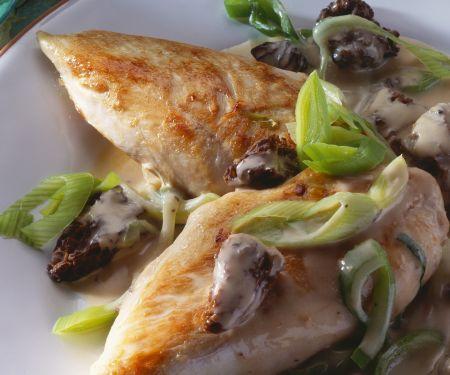 Gebratene Hähnchenbrust und Lauchgemüse mit Morcheln