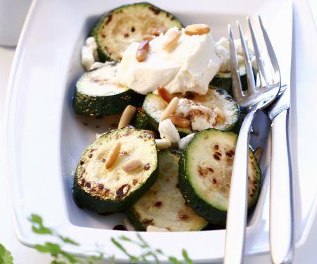 Gebratene Zucchini mit Feta und Pinienkernen