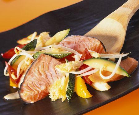 Gebratener Lachs mit Gemüse aus dem Wok